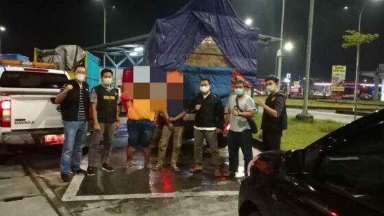 Tim Bea Cukai Surakarta menangkap dua sopir truk beserta barang bukti jutaan batang rokok ilegal di rest area tol Solo-Ngawi pada Kamis (11/2/2021). (Istimewa/Dokumentasi Bea Cukai Surakarta)