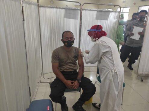 Proses vaksinasi yang menyasar kepada petugas pelayanan publik Wonogiri di Gedung Giri Wahana Kompleks Gor Giri Mandala Wonogiri, Selasa (23/2). (Solopos.com/M. Aris Munandar)