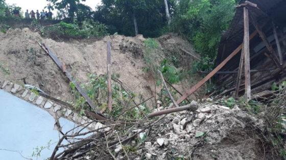 Bangunan Ponpes Annidhoniyah di Pamekasan, Madura, roboh setelah terjadi longsor, Rabu (24/2/2021). (detik.com)