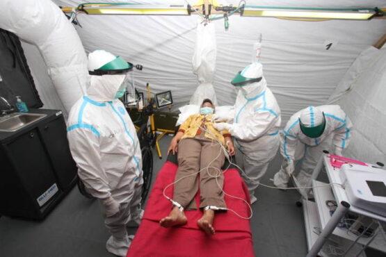 Simulasi penanganan pasien virus corona dalam peresmian Rumkitlap di Benteng Vastenburg pada Rabu (23/2/2021) siang. (Solopos.com/Nicolous Irawan)