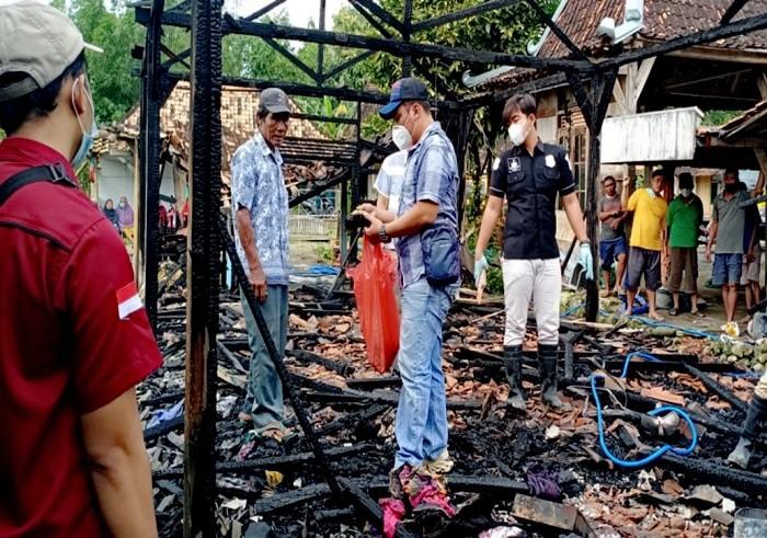 Anggota Polsek Toroh melakukan olah TKP kebakaran rumah di Desa Kenteng, Toroh, Kabupaten Grobogan, Rabu (24/2/2021) dini hari. (Istimewa/Polsek Toroh)