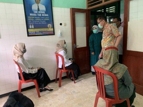 Kepala Dinas Kesehatan Jateng, Yulianto Prabowo, (berbaju batik cokelat) mengecek proses vaksinasi Covid-19 untuk petugas pelayanan publik di RSUD Karanganyar Rabu (24/2/2021).(Solopos.com/Candra Mantovani)