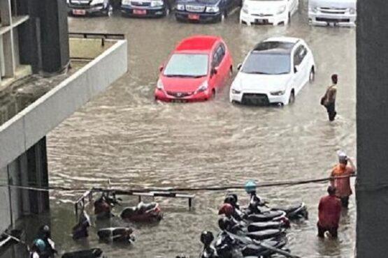 Sejumlah kendaraan yang terparkir di halaman Kantor Pemprov Jateng terendam air akibat hujan deras yang melanda Kota Semarang, Selasa (23/2/2021) sore. (Semarangpos.com-BPBD Kota Semarang)