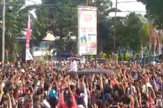 Tangkapan layar video Presiden Joko Widodo berada di kerumunan warga saat kunjungan kerja ke Maumere, NTT pada Selasa (23/2/2021). (Twitter)