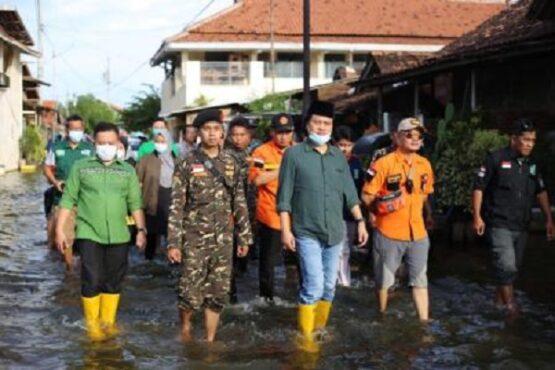 Wakil Ketua DPRD Jateng, Sukirman (paling kiri), bersama Ketua DPW PKB Jateng, K.H. M. Yusuf Chudlori (tengah), saat meninjau korban banjir di Kota Pekalongan, Minggu (21/2/2021) sore. (Semarangpos.com-DPW PKB Jateng)