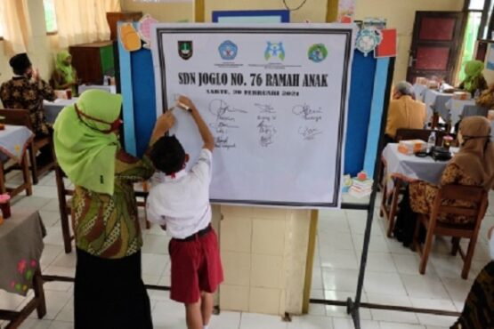 Murid menandatangani deklarasi sekolah ramah anak di SDN Joglo No. 76, Kelurahan/Kecamatan Banjarsari, Solo, Jateng, Sabtu (20/2/2021). (Solopos.com-Wahyu Prakoso)