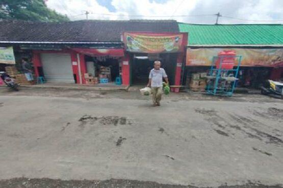 Pasar Krisak, Desa Singodutan, Kecamatan Selogiri, Kabupaten Wonogiri tetap beroperasi selama pandemi Covid-19. Masalah status kepemilikan lahan pasar tersebut hingga kini belum selesai. Foto diambil belum lama ini. (Solopos.com-Rudi Hartono)