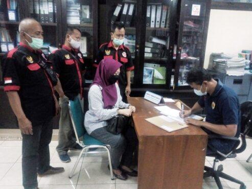 Mantan Direktur Purwa Aksara Grobogan Myra Heltyani saat mendaftar di Bagian Perekonomian Setda Grobogan, Jumat (26/2/2021) siang. (Solopos.com/Arif Fajar Setiadi)