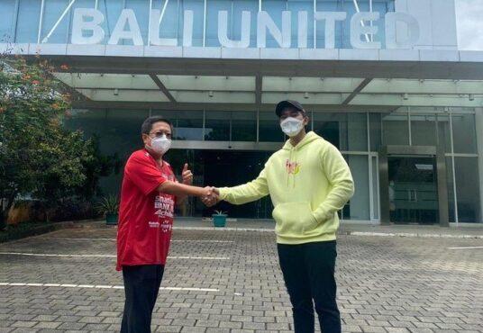 Kaesang Pengarep berjabat tangan dengan bos Bali United, Pieter Tanuri (Twitter Kaesang Pangarep)