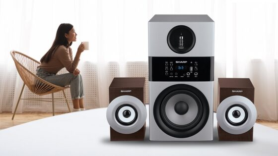 Menikmati musik dari Sharp active speaker CBOX-MAX09PA. (Istimewa-Sharp)
