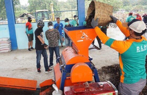 Seorang pekerja menggiling sampah dengan alat penggilingan sampah organik saat pembuatan pupuk kompos di TPS 3R Jati, Masaran, Sragen, Jumat (26/2/2021). (Solopos.com/Tri Rahayu)