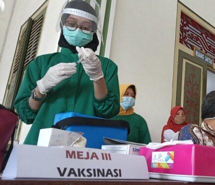 Petugas vaksinasi di Boyolali bersiap menyuntikkan vaksin ke masyarakat sasaran, belum lama ini. (Solopos.com/Bayu Jatmiko Adi)