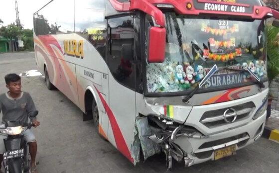 Kondisi Bus Mira jurusan Madiun-Surabaya yang mengalami kecelakaan di Jalan Raya Surabaya-Madiun Km 134-135, Desaa Pajaran, Kecamatan Saradan, Kabupaten Madiun, Jumat (12/2/2021) siang. (Istimewa)