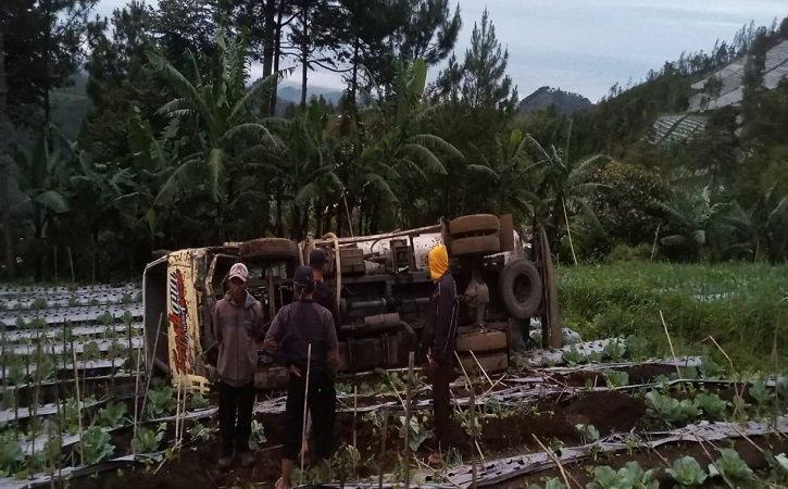 Truk Tangki Air Terguling di Kebun Kol Jenawi Karanganyar