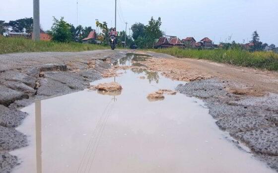 Kondisi jalan penghubung Majenang-Karanganom-Baleharjo di Kecamatan Sukodono Sragen yang rusak cukup parah, Selasa (23/2/2021).  (Solopos.com/Moh Khodiq Duhri)