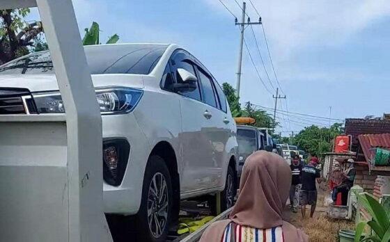 Warga Desa Sumurgeneng, Jenu, Tuban, ramai-ramai membeli mobil (Liputan6.com)