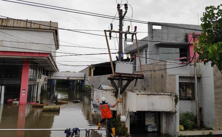 Petugas PLN memulihkan aliran listrik di wilayah terdampak banjir di Kota Semarang. (Istimewa)