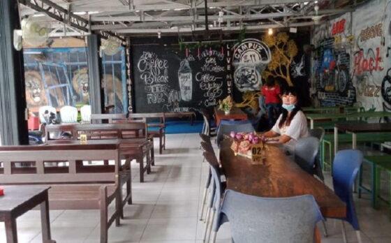 Susan, warga Blitar yang berniat menjual kafe dengan bonus dirinya sebagai istri. (detik.com)