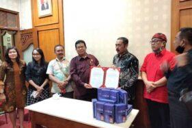 FPDIP DPRD Solo Bagi-Bagi Bantuan 69 Unit Handphone Untuk Pelajar