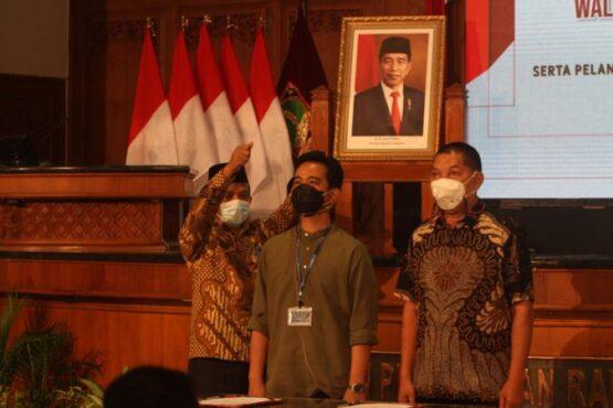 Wali Kota Solo terpilih, Gibran Rakabuming Raka (kedua dari kiri), bersama Wakil Wali Kota Solo terpilih, Teguh Prakosa, saat geladi bersih pelantikan di Gedung DPRD Solo, Kamis (25/2/2021). (Solopos/Nicolous Irawan)