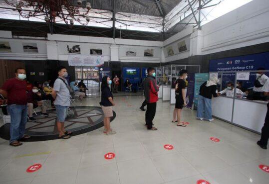 Calon penumpang antre untuk mendapatkan layanan tes Covid-19 GeNose di Stasiun Solo Balapan, Senin (15/2/2021). (Solopos/Nicolous Irawan)