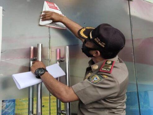 Petugas Satpol PP dan Damkar Kota Madiun membuka segel penutupan restoran I-Club, Jl. Bali, Rabu (10/2/2021). (Istimewa)