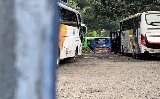 Situasi garasi Damri di Palur, Karanganyar yang menjadi tempat penyimpanan aset sitaan 17 unit bus PO Restu Wijaya Rabu (24/2/2021). Bus tersebut diamankan oleh Kejaksaan Agung sebagai barang bukti pidana korupsi PT ASABRI. (Solopos/Candra Mantovani)