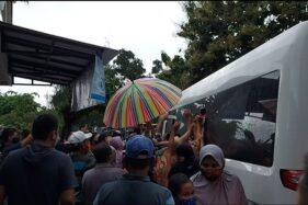 Rombongan Jokowi Bagi-Bagi Sembako Seusai Nyekar di Karanganyar, Warga Sampai Uyuk-Uyukan