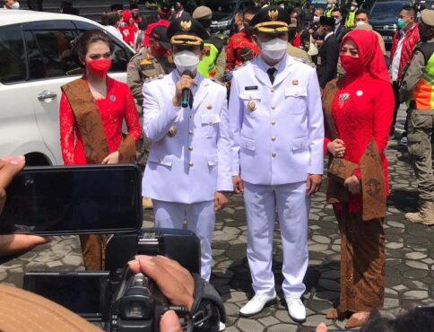 Gibran-Teguh menggelar jumpa pers usai dilantik sebagai Wali Kota-Wawali di Gedung DPRD Solo, Jumat (26/2/2021). (Solopos-Mariyana Ricky P.D)
