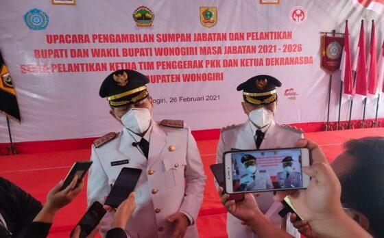Bupati Wonogiri, Joko Sutopo (kiri), didampingi wakilnya, Setyo Sukarno, memberi keterangan pers pertama setelah dilantik di pendapa rumah dinasnya, Jumat (26/2/2021). (Solopos/Rudi Hartono)