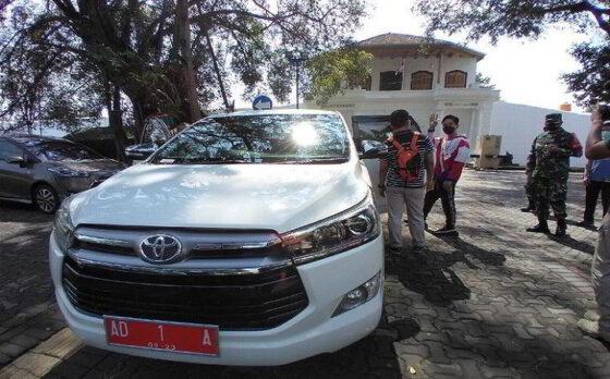 Mobil dinas Gibran Rakabuming Raka innova putih, Solo, Sabtu (27/2/2021). (Detik.com)