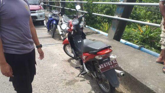 Motor Suzuki Shooter diduga milik Sekdes Serenan, Juwiring, Klaten, yang ditinggal di jembatan wilayah Grogol, Sukoharjo, diamankan polisi pada Minggu (28/2/2021). (Istimewa/Bagas Windaryatno)