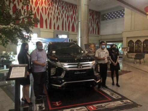 General Manager PT Sun Star Motor Jawa Tengah-DIY, Nur Amin (dua dari kiri), menunjukkan New Pajero Sport di kantor PT. Sun Star Motor, Jebres, Solo, Kamis (18/2/2021). (Solopos/Ichsan Kholif Rahman)