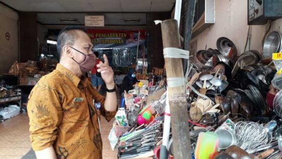 Lurah Pasar Gede, Agus Suparto, saat sosialiasasi ke pedagang terkait vaksinasi Covid-19, belum lama ini. (Istimewa)