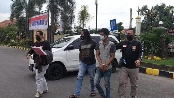 Aparat Polres Madiun Kota menangkap tersangka penipuan jual beli ayam di Madiun, Rabu (24/2/2021). (Istimewa)