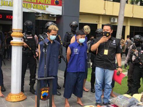 Beberapa anggota gerombolan bersajam yang beraksi di Sondakan dan Serengan, Solo, saat rilis kasus di Mapolresta Solo, Jumat (26/2/2021). (Solopos/Ichsan Kholif Rahman)