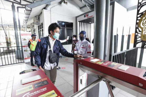 Calon penumpang KRL mengenakan masker saat di stasiun (Istimewa).