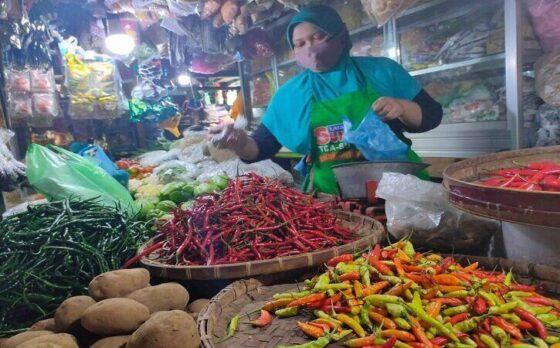 Pedagang berbagai sayuran, Warni, melayani konsumen di Pasar Kota Wonogiri, Sabtu (27/2/2021). Harga eceran cabai sret hari itu mencapai Rp100.000/kg. (Solopos/Rudi Hartono)