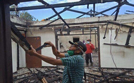 Warga membersihkan rumah warga di Desa Talunombo, Kecamatan Baturetno, Kabupaten Wonogiri yang sebelumnya terbakar. (Solopos/BPBD Wonogiri)
