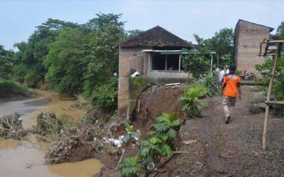 Anggota BPBD Karanganyar mengecek rumah warga di tepi aliran Sungai Grompol, Desa Kaliwuluh, Kebakkramat. (Istimewa-BPBD Karanganyar)