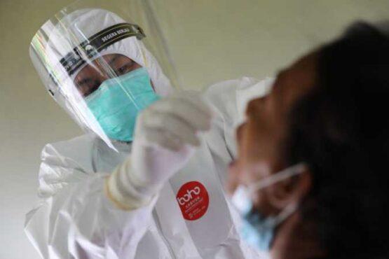 Seorang petugas kesehatan mengambil spesimen untuk tes swab terhadap seorang warga Kota Madiun, Selasa (2/2/2021). (Istimewa/Pemkot Madiun)
