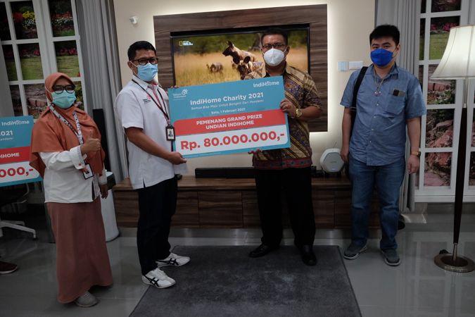 Pelanggan Telkomsel menerima hadiah Undian IndiHome Miliarder 2020 Periode 4 di Plasa Telkom Jl Mayor Kusmanto No 1, Solo, Senin (1/2/2021). (Solopos/Wahyu Prakoso)