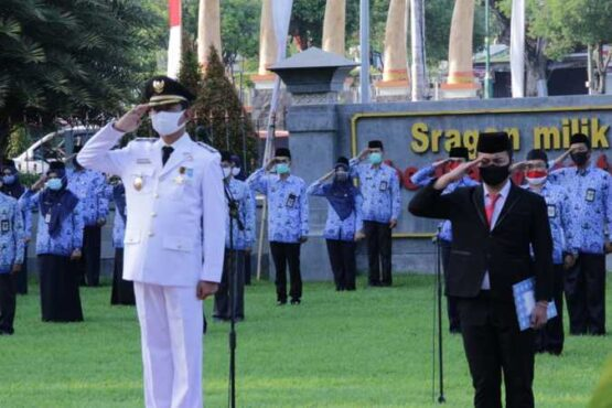 Wakil Bupati Dedy Endriyatno menjadi inspektur upacara yang dihadiri ratusan PNS di lingkungan Pemkab Sragen, belum lama ini. (Istimewa/Pemkab Sragen)