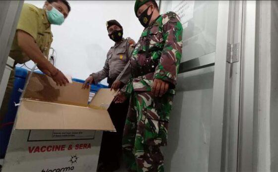 Petugas menurunkan vaksin dari mobil boks di Instalasi Farmasi Kantor Dinas Kesehatan Kabupaten Boyolali, Senin (22/2/2021). (Solopos-Bayu Jatmiko Adi)