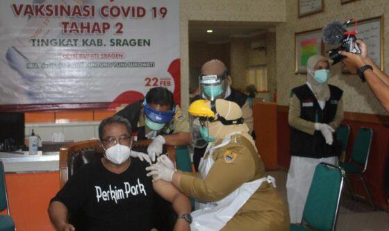 Bupati Sragen Kusdinar Untung Yuni Sukowati menyuntikan vaksin kepada Kepala Bappeda Litbang Sragen Zubaidi di UPPK Sragen, Senin (22/2/2021). (Solopos-Tri Rahayu)