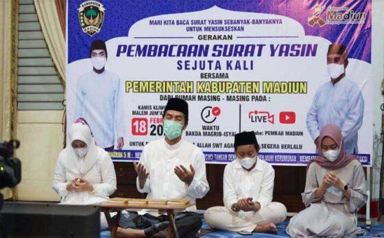 Bupati Madiun Ahmad Dawami membaca doa saat pembacaan surat Yasin sejuta kali di Pendapa Muda Graha Madiun, Kamis (18/2/2021). (Istimewa/Pemkab Madiun)