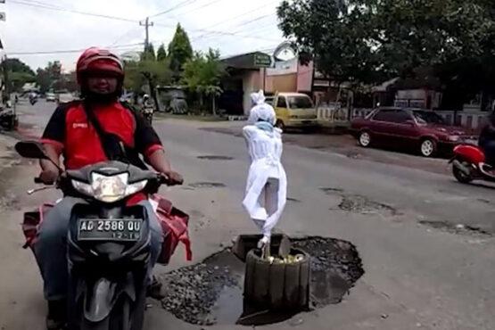 Boneka Pocong di Tugu Lilin Solo