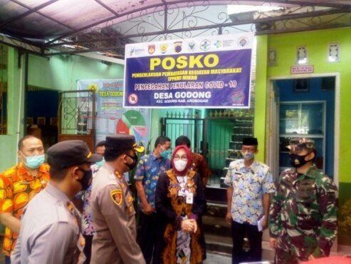 Bupati Grobogan Sri Sumarni saat meninjau posko PPKM di Desa Godong, Kecamatan Godong, beberapa waktu lalu. (Solopos.com/Arif Fajar Setiadi)