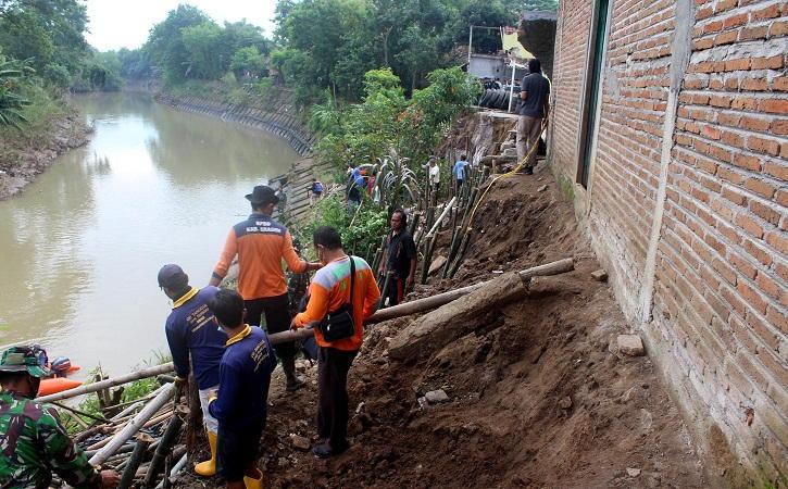 Kondisi bangunan rumah milik Supriyanto nyaris ambrol karena tanah yang menutup fondasi rumahny alongsor karena tergerus air Sungai Mungkung di Dukuh Gabusan RT 002/RW 011, Desa Tangkil, Sragen Kota, Sragen, Senin (1/3/2021). (Solopos/Tri Rahayu)