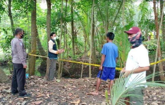 Polisi mengamankan tempat kejadian perkara (TKP) penemuan bocah meninggal  Padukuhan Kanoman 6, Kalurahan Kanoman, Kapanewon Panjatan, Kulonprogo. (harianjogja.com/Hafit Yudi Suprobo)